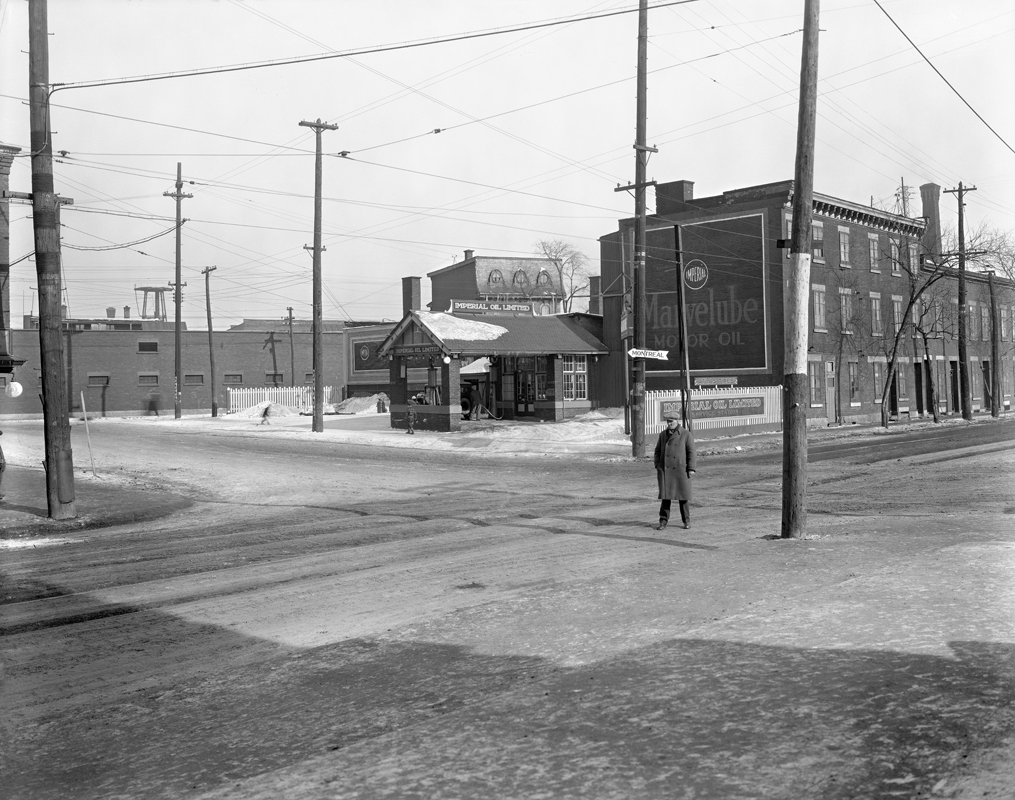 William Notman & Son, <i>Imperial Oil gas station, Smith Street, Griffintown</i>, about 1930, gelatin silver print, 20.4 x 25 cm, VIEW-24937.1